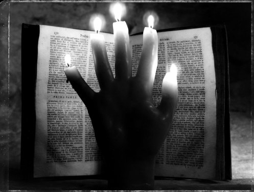 71_1hand_candle_book